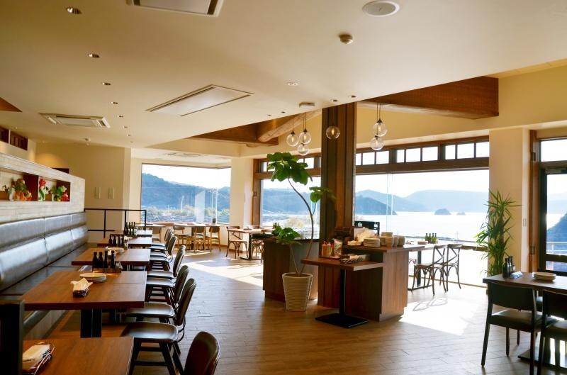 大きな窓で景色が見れるカフェの写真