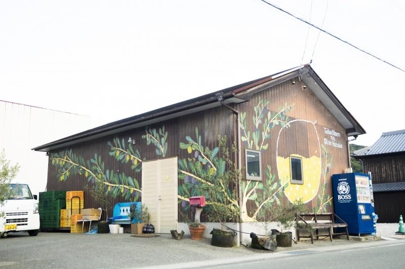 オリーブの絵が描かれた壁の建物